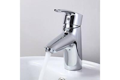 Robinet salle de bain style simple et contemporain avec ensemble du robinet  de finition chromée
