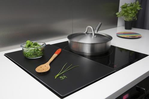 Planche de protection pour plaque de cuisson Verre trempé : résiste aux chocs et à la chaleur (300°C) Plan de travail amovible et hygiènique Dimensions : 50 x 28 cm